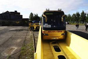 Politiker som deltog i ett EU-möte i Åre i slutet av juli fick chansen att provåka Flexiwaggon när man lastade bussen på järnvägsvagnen. Foto: Flexiwaggon