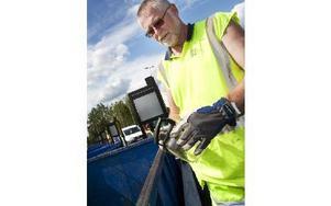 Leif Forsell tycker att de flesta sköter sig bra och slänger sitt avfall rätt.FOTO: ANNIKA BJÖRNDOTTER