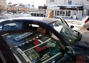 Körskolläraren Anita Löfgren på Hammerdals trafikskola i Strömsund på väg ut på en av många lektioner. Här med eleven Clara Andrée.