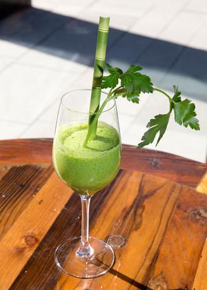 Juice på avokado, persilja, bladspenat, äpple och citron.