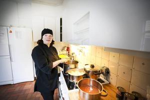 På Gåvans förskola får barnen en kunskap om var maten kommer ifrån, hur den tillagas och hur valet av råvaror påverkar jordens resurser. Här ser vi husmor Elisabeth Jakobsson.