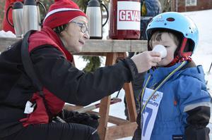 Iris Rodhe, 2 år, var en av loppets yngsta deltagare. Hon åkte ett varv och avnjöt sedan en kopp blåbärssoppa tillsammans med farmor Monica Brian.