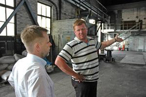 NEDÅT IGEN. Vd Per Jarbelius och Roger Lindqvist, ordförande i Metallklubben, i samspråk. I höstas investerade företaget 20 miljoner kronor. Nu har vinden vänt och man måste varsla 24 anställda om uppsägning.