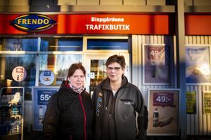 Ulrika Edholm (till vänster) har tagit över Bispgårdens trafikbutik och Johanna Strandell fortsätter att arbeta i butiken.