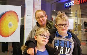 Annika Thunell 43 år, Viktor, 11 år, och Mathias, 8 år, Crantz, Örebro– Skolan och vården är alltid viktiga, säger Annika.– Det är lite saker på skolgården. På min brors skola är det stängsel runt om, där är det säkert. På min skola är det helt öppet, så vem som helst kan komma in. Det känns inte riktigt säkert. Vissa kommer in fast de inte ens går på skolan, säger Viktor.