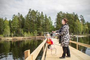 """""""Det är jättehärligt här. Synd bara att ungarna vill hem och hoppa studsmatta. De får hålla ut en stund"""", säger Nicole Bäck med Tindra och Melissa i bakgrunden."""