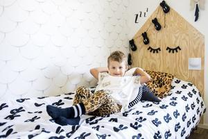 Samuel visar stolt upp sin säng. Sänggaveln har Moa Nyberg byggt av playwood.