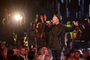– Jag älskar att göra alla typer av musik, men det här ligger mig verkligen nära hjärtat, säger Freddie Liljegren om låtvalet med U2.
