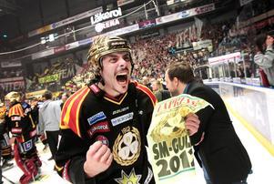 Daniel Widing firar SM-guldet med Brynäs. Foto: Arkiv.