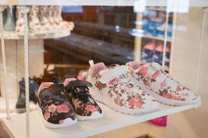 Trots att skobutiken inte är särskilt stor finns flera olika färger på skorna.