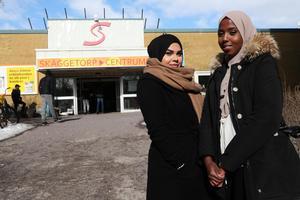I dag finns i Sverige flera bostadsområden som anses särskilt utsatta. Här är Hoda Al-Najjar och Mariam Abbdullahi Cawale utanför Skäggetorps centrum, ett sådant område i Linköping. Bild: Jeppe Gustafsson/TT