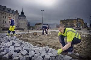 Stensättning på Storgatan. John Hellsing (närmast), Niklas Berndtsson och Andreas Andersson. Arkivbild: Jonas Eriksson