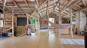 Det övre våningsplanet tillkom senare, efter en taksänkning, och har bland annat använts under en bröllopsfest då man också försåg vinden med golv. Foto: Fastighetsbyrån