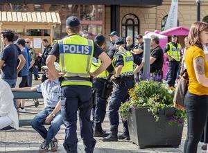 Polisbevakning när Jimmie Åkesson talar på torget.