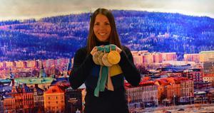 En nöjd Charlotte med sina fyra medaljer.