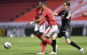 Robin Quaison, Mainz, i duell med Hoffenheims Sebastian Rudy under lördagens Bundesligamatch. Gästande Hoffenheim vann med 1–0.