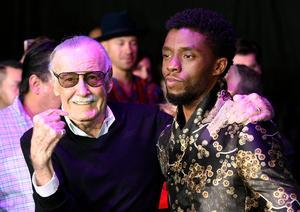 Black Panthers skapare Stan Lee tillsammans med Chadwick Boseman som spelar den afrikanske superhjälten i den nya filmen.   Foto: Chris Pizzello/Invision/AP