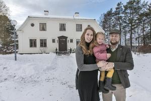 Åsa, Hedvig och Daniel Othfors trivs i den gamla prästgården i Hackås.