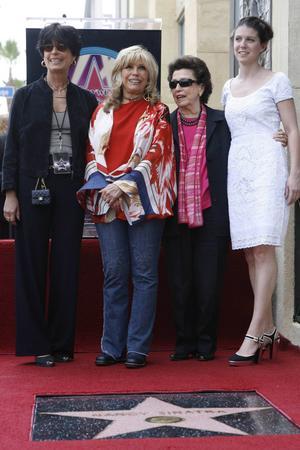 Familjen. Frank Sinatras döttrar Tina och Nancy Sinatra tillsammans med sin mamma Nancy, Franks första fru, och barnbarnet AJ Lambert 2006.