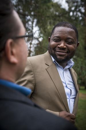– Vi ska inte titta på någon på ett visst sätt för att den är från en viss världsdel. Flyktingkatastrofen beror på att vissa länder inte har någon respekt. Krig splittrar världen. Det är kaos. Man kan inte arbeta eller göra någonting. Alla är lika värda. Om alla respekterar varandra skulle världen bli ett paradis, säger partiledaren Richard Waza-Kongo Ramazani.