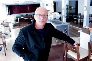 Fastighetsägaren Niklas Andersson måste satsa miljonbelopp efter att han ifjol uppmanade en hyresgäst att klaga på röklukten i lägenheten.