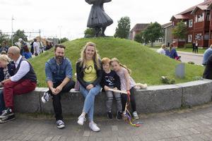 Pär Andersson tillsammans med Helene Fors och hennes två barn.