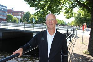 Region Gävleborg har under flera år höjt ersättningen för att hälsocentraler just skall arbeta i team men det begriper tydligen inte barnläkaren Jonsson, skriver Bengt-Olof Staffas.