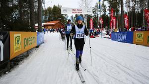 Laura Noregren, 9 år från Danmark, åkte en skidtävling för första gången i sitt liv under lördagens Blåbärslopp. Mamma Tina skuggade.
