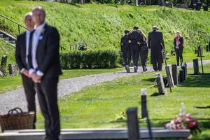 Kristin Kaspersen lämnar platsen efter att ha sagt ett sista farväl av sin mor.