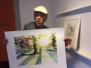 """Gary Drake, 70, Amsterdam, med sitt nyköpta exemplar av Ingmar Ericsons """"Julikväll i Svartbäcken""""."""