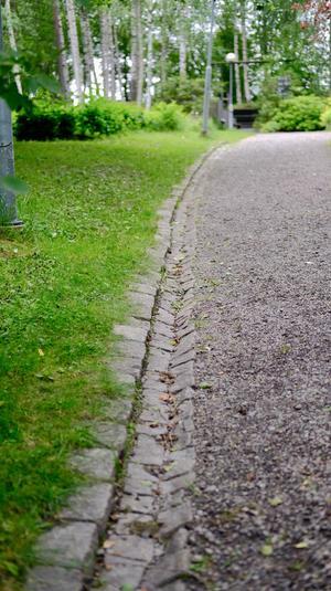 Raden av huggen gatsten finns fortfarande kvar.