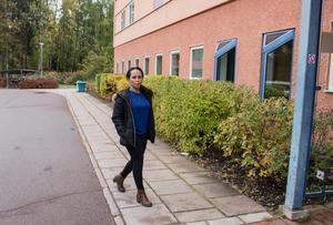 Leliisee Tuluu, undersköterska, och hennes arbetskamrater går med tunga steg till jobbet, berättar hon. Äldreboenden som inte hållit årets budget måste dra ner personal.