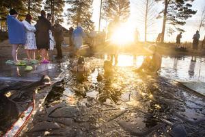 På morgonen, innan badet kunde börja, fick isen knackas bort från ytan.