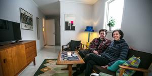 Johannes och Ida Collin trivs så bra  med retroinredningen att de skulle kunna flytta och bo i lanthandelshuset, åtminstone Ida.
