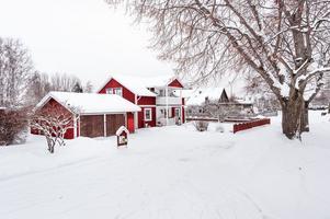 Central rymlig villa i Mjälga. Bra planlösning och är välvårdat. Dubbelgarage som idag delvis används som förråd. Foto: Kristofer Skog.
