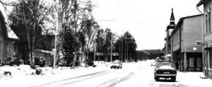 Riksvägen december 1971. Till vänster skymtar stationshuset och till höger Lemons Mode.