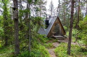 Vill man övernatta finns en liten behändig stuga för två. foto: Leif Vestin