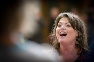 Lina Adolphson lever ut när hon leder gospelkören Up to you.Foto: Lennye Osbeck