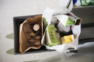 Källsortera ert avfall och töm soptunnan oftare, uppmanar skribenten.