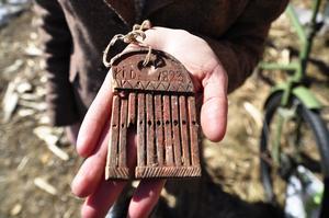 Den här bandgrinden hittades i väggen när paret renoverade och är riktigt gammal. År 1823 står inristat i träet.  Bandgrind används för att väva band.