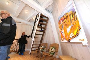 I vardagsrummet på andra våningen i Kånsta kvarn hänger målningen