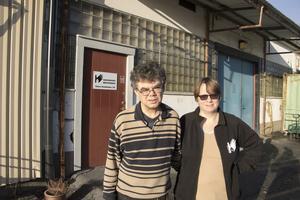 Claes Kårsell och Johanna Carlsson går båda på daglig verksamhet på Industrihuset i Rimbo. Claes, som bor i Täby, har redan fått den höjda habiliteringsersättningen medan Johanna