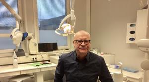 En kurs i svenska för utländska läkare och tandläkare skulle medföra att flera fick svensk legitimation och avhjälpa personalbristen säger Kjell Söderberg, delägare i ett tandvårdsföretag.