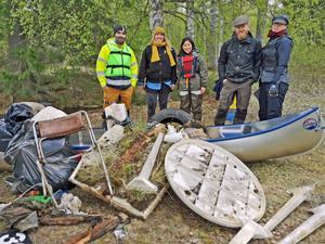 Hela städgänget utom fotograf Inga Björk. De flesta är lärare eller elever på Bäckedals folkhögskola, som också lånade ut kanoter till städpatrullen.
