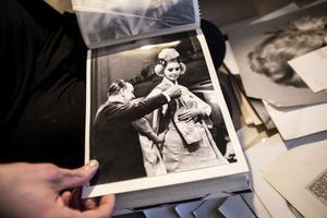Johan Sandin har en hel pärm med bilder från när Ragnhild Sandin visade upp kinesiskt mode.