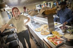 Emilia Eising på Kärnan food och café tände ljus och lät matgästerna äta klart när strömmen gick i gallerian.