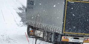 Hielke Chaudron i Tännäs tog den här bilden av lastbilen som blockerar väg 311 under tisdagseftermiddagen.