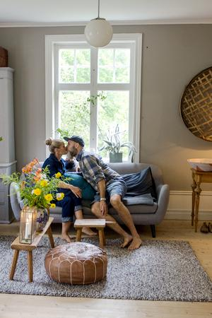 Anna Åkerlund och Erik Svensson tillsammans i vardagsrummet.