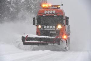 Klaus Persson plogar i Idre för ett år sedan. På Riksväg 700 i Idre krävs det två centimeter nysnö innan plogning inleds.