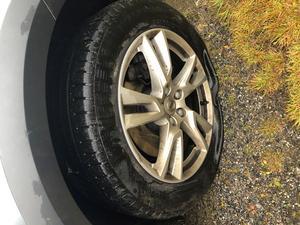 Brittis Hagert i Harka såg att hennes ena däck var platt när hon skulle åka iväg under söndagen. Foto: Brittis Hagert